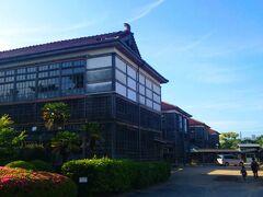 日本最古の木造校舎である明倫小学校です。 私が観光した当時は現役の小学校として使われていたので中には入れず、外から写真を撮るくらいしか出来ませんでした。 起源は1718年(享保3年)に萩藩の藩校として創建された「明倫館」ですが、現存するのは1935年(昭和10年)に建設された4棟の校舎で、2014年(平成26年)まで使用されていたそうです。 ちなみに1996年(平成8年)に国登録有形文化財となり、1号棟と2号棟は改修工事後「萩・明倫学舎」という観光施設として2017年(平成29年)から公開されてます。