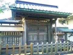 小学校校門の外には、萩市の指定有形文化財形「観徳門」がありました。 明倫館時代には孔子を祀る聖廟があったそうで、その聖廟を巡らす石柵内の入り口だったそうです。
