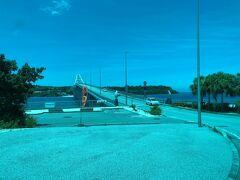 沖縄県国頭郡本部町の沖縄本島(写真手前)と瀬底島(写真奥)を 結ぶ1985年2月に開通した「瀬底大橋」(橋長:762m)が 見えてきました。