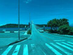 瀬底大橋を渡った先が瀬底島です。 沖縄・瀬底島にヒルトン日本初のビーチリゾートホテルとして オープンした『ヒルトン沖縄瀬底リゾート』にも宿泊しました ('◇')ゞ  2020年7月1日にオープンしたばかりの『ヒルトン沖縄瀬底リゾート』 を先に載せました↓  <沖縄 ⑦ 2020年7月1日開業『ヒルトン沖縄瀬底リゾート』宿泊記 (1)那覇空港からバスで移動後は本部港無料送迎サービスを利用、 【エグゼクティブラウンジ】のアフタヌーンティー&眺望>  https://4travel.jp/travelogue/11634168  <沖縄 ⑧ 『ヒルトン沖縄瀬底リゾート』宿泊記(2) ヒルトン・オナーズのダイヤモンドメンバー特典で 「キングデラックススイートオーシャンビュー」にアップグレード☆彡 コーナースイートのテラス&ビューバスからの眺望>  https://4travel.jp/travelogue/11634451  <沖縄 ⑨ 『ヒルトン沖縄瀬底リゾート』宿泊記(3) 【エグゼクティブラウンジ】のイブニングカクテル&サンセット、 【屋外プール】&【プールサイドバー】で乾杯>  https://4travel.jp/travelogue/11635124  <沖縄 ⑩ 『ヒルトン沖縄瀬底リゾート』宿泊記(4) 透明度が高くお魚が見える瀬底ビーチで泳ぐ前に オールデイダイニング【アマハジ】で朝食ブッフェを♪ プール&カバナ&スパ&フィットネスセンター>  https://4travel.jp/travelogue/11636087