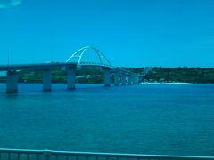 瀬底大橋を渡ったすぐ下には、透明度抜群の「アンチ浜ビーチ」があり、 コバルトブルーに輝く美しい海と白い砂浜を楽しむことができます。 海水浴やマリンアクティビティの他、砂浜でバーベキューができたり、 食事がとれる場所もあり、1日ゆっくりと過ごすことができます。