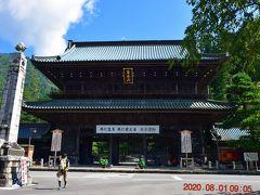 バス停からゆっくり歩いて10分程度で久遠寺三門 https://bunka.nii.ac.jp/heritages/detail/366284 に到着。 普通は山門と書きますが、ここは三門、京都の南禅寺や知恩院の三門とともに、日本三大三門の一つです。