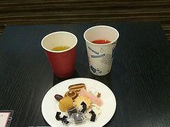 日本には到着しましたが、着いた空港は関西国際空港。 羽田に帰らねばいけません。  まずはカードラウンジで一休み。