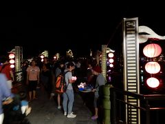 アンホイ橋も観光客で溢れている。 ここで灯篭を売っているのか。