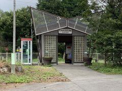 これが甲斐小泉駅。10年ほど前は木造の駅で風情がありました。 近代的?モダン?な駅に立て直されました。勿論、無人駅です。夏季の繁茂の時は臨時に駅員さんが来て切符を売ってくれます。 駅員さんがいない時は「小海線の甲斐小泉から乗りました」と言って乗った先で精算します。どこまで行って精算しても一度も不審に思われたことがないので、この駅の無人改札は本当にのんびりとしています。