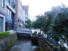 鞍月用水が流れるこの界隈は「せせらぎ通り」と呼ばれていて、通り沿いには雰囲気ある店が何軒も。 さて、最初の目的地である長町武家屋敷跡に向かいましょう!