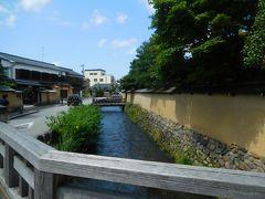 大野庄用水の流れ。 江戸時代、物資の運搬、防火、城下町防御、灌漑などいろんな利用のされ方をしたらしい。 絶えることなくきれいな水が流れる光景が、金沢の美しさ・清々しさを一層引き立たせているに違いない。 夏の暑さに焼かれていると、水のある風景はまさに一服の清涼剤。