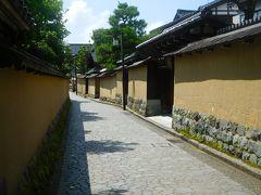 この通りは車の通行が不可のエリア。 狭い路地、両側は土塀を巡らせた風格ある邸宅。