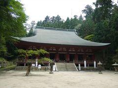 延暦寺に現存する建築物の中でもっとも古い釈迦堂(転法輪堂)。優雅な形の屋根を備えつつ力強い印象の建物。