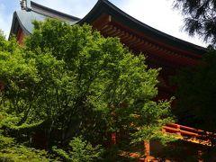 横川は以前の比叡山訪問時には行かなかったので、今日が初参拝。 駐車場から緩やかな坂道を下って行くと、舞台を支える格子の骨組みとも鮮やかな朱塗りの横川中堂が姿を現します。