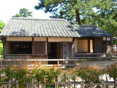 その松下村塾ですが、とても静かに佇んでおります。 後に明治維新の立役者となる「久坂玄瑞」「高杉晋作」や、明治政府を牽引する「伊藤博文」「山県有朋」など、錚々たる顔ぶれがここから輩出されました。 「桂小五郎」は吉田松陰と師弟関係にあったそうですが、ここの門下生ではないそうです。