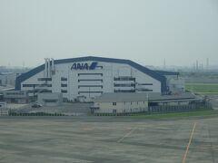ANAの格納庫が見えて、もうすぐ大阪空港に到着。搭乗するのはJAL便