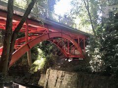 遊歩道に降りると、赤く目立つゴルフ橋のたもとに出ます。 昭和初期にこの辺りにゴルフ場があり、そこに行くための道だったことからこの名前がついたそうです。