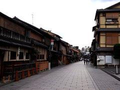 建仁寺は、京都の人気観光地、、、いや実際は観光地ではないんだろうけれど、いつのまにかインバウンドが多かった時は観光地となっていた、そんな花見小路に面していて。 すぐ目の前がこの風景。 それにしても見違えるような静けさで、重ね重ね…何度も言うけれど、びっくりするわー
