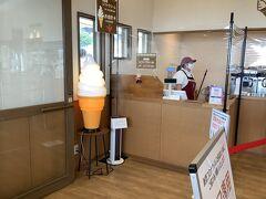 ここで有名なのはジャージー牛乳で作るソフトクリームです。夏はいつも行列で10分ほど並んで買うのですが、今日は誰も並んでいません。
