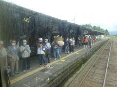 阿蘇駅でも多くのお出迎え、ほとんどの乗客やテレビクルーたちも阿蘇駅で降りました
