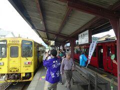 09:54、列車は終点宮地駅に到着 こちらも多くの人がお出迎えされていました 開通記念のタオルを頂く