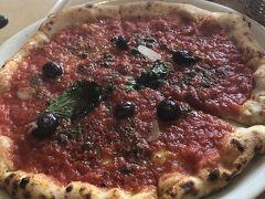 今日のお昼はPizza! 私はシチリアーナ! 塩っ気と酸味が暑い日にぴったり!特に私はケッパーが好き Pizzaは、チーズがないのが好みです。