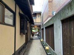 ホテルに戻る途中、地下鉄市役所前で降りて「サロンドロワイヤル京都」に立ち寄りました。 こんな細い路地の奥にあります。