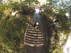 泉源公園のお向かいにある湯澤神社です。  階段を登ってきてみましたが、神殿がしまっていました。 お賽銭箱も中にあったので参拝せずに引き返すことに。