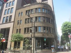 「近代的なビルが建ち並ぶ中、スクラッチタイル張りの重厚なビルが見えます。堀商店の店舗です」(同社HPより)