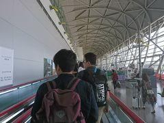 関西国際空港からこんにちは。ちょうど昼時の時間です。 我々は成田空港からLCCで馳せ参じました。片道4800円という安さは驚きです。千葉県に住んでいると成田も近いのでLCCを使うときはありがたい限りです(^。^)