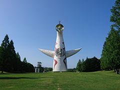 ガンダムカフェの後は、万博記念公園の太陽の塔を見に行きます。 芸術家の岡本太郎が、大阪万博の象徴として設計したこの像。上部にある黄金の顔、中心部の太陽の顔、背面にある黒い太陽、当時地下展示されていた地底の太陽の、4つの顔を持っています。 大阪万博から50年以上も同じ場所に立ち続けていると思うと、非常に強い存在感を感じます。  ちょうどここでは来園者が皆太陽の塔をポーズをして写真撮影をしていました。僕はちょっと捻って、すしざんまいの社長のポーズをして写真を撮りました(←なんで?)。