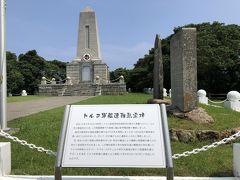 トルコ軍艦遭難慰霊碑。 島民により、69名が救助され、亡くなった580名余名は、この丘に埋葬された。翌年には、義金により、墓碑と慰霊碑が建立され、追悼祭が行われた。現在の碑は、ムスタファ・ケマル・アタテュルク初代トルコ大統領が、新たに慰霊碑建立を決め、トルコの資金により建てられたもの、とありました。