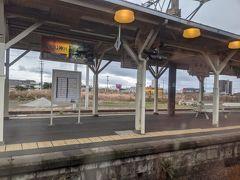 列車は肥薩線の終点隼人駅に到着。列車はこのまま日豊本線を直通し、鹿児島中央駅まで運転します。