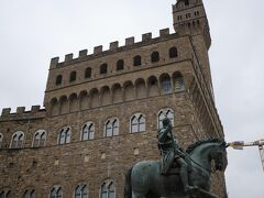 ヴェッキオ宮殿Palazzo Vecchio、まだ人通りはほとんどありません。 曇り空の中、時おりパラっと雨粒も落ちて来ます。