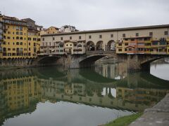 月曜日はウフィツィ美術館も閉館で時間を潰すこともできず、アルノ川までやって来ました。 河畔からベッキオ橋Ponte Vecchio