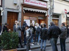 フィレンツェSMN駅への帰り道、既に行列ができていた「Osteria All'antico Vinaio」 安くて美味しいパニーニの有名店ですが、やはり並んででも買うべきでした。