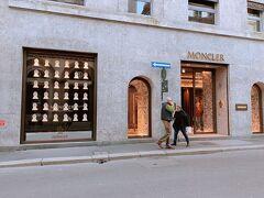 そして、高級ブティックストリート モンテ・ナポレオーネを歩きます