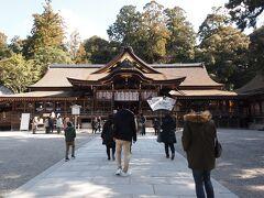 拝殿前はお参りする人の行列ができてます。並んでお参り。  この拝殿は1664年に徳川家綱によって再建されました。それ以前は拝殿は無かったそうです。