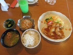ランチは秋田ポークの生姜焼き。  ご飯、みそ汁、小鉢2つをセルフで取り、おかずだけ注文後に調理されて運ばれる半セルフ形式です。