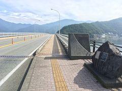 朝食後、徒歩5分ほどの河口湖大橋に散歩  「日本の道100選」にも選ばれた500mの橋  かつては前後の道とともに1,600mの有料道路だったが、今は償還が終わり、無料となっている