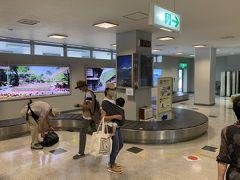 初めての松本空港。 小さい空港です。  ボーディングブリッジは1つしかないみたい。 手荷物受取の回転台も一つです。