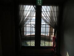 8月4日。 鎌倉パークホテルの客室階海側には共用のテラスがありました。