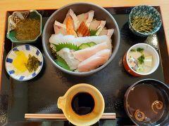 和食処夢岬さんでランチ 日曜日の昼時で混んでおり5,10分ほど待って席へ案内された 海鮮丼をオーダー まぐろ、はまち?いかなどをうずら卵をといた醤油をかけていただく 地元産のめかぶの小鉢や赤だしも おいしかったけど2530円はややお高い気がした
