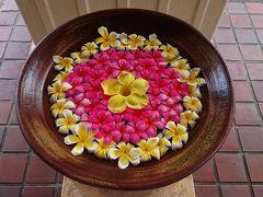 東急リゾーツホテルの入り口にあった花を浮かべた大きな器