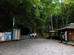 クルマも走る林道を歩くこと20分。旧天城トンネルの入り口までやってきました。