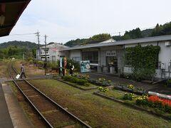 昭和の雰囲気漂う駅舎です。  昔は温泉地の駅として栄えたんでしょうか。  まぁ、今も温泉地ですが。