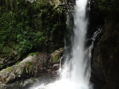 釜滝  目の前で勢いよく落ちる滝からは水しぶきがかかります。虹がかかっています。  ≪12:57≫