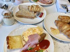 先ずは、腹ごしらえ♪  今朝も21階のラウンジで、MB特典による無料の朝食を有難く頂きます。