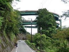 ここからはアスファルトの上を歩いて行きます。暑すぎます。河津七滝ループ橋を下から眺めます。  ≪13:36≫