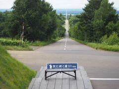 「天に続く道」のスタート地点に立つ。 町を抜けて海へと延びる約14kmの直線道路。