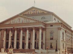 ミュンヘン到着。この写真はバイエルン国立歌劇場。1974年12月に来た時もこのオペラハウスで観劇したが、この二度目の滞在ではなんと、最高の出し物を見ることができた!私の生涯のオペラ体験で一、二位を争うものだった!  カルロス・クライバー指揮、リヒアルト・シュトラウス「ばらの騎士」だ! このころ、天才クライバーはミュンヘンのこの歌劇場で繰り返し、ばらの騎士を指揮し、今でも、そのビデオは評判高いもので、当然、私ももっている。この時の一週間くらいのドイツ滞在で最高の思い出は、もちろん、この日の「ばらの騎士」を見たことだ!この旅で、フランクフルト歌劇場で見たミヒャエル・ギーレン指揮のヤナーチェク「イェヌーファ」も好演だったが。。