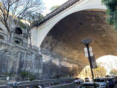 ● Argyle Cut  この辺りは、Rocksと命名されるくらいの岩山だったのだけど、シドニーコーブからミラーズポイントまでの道を作るために、囚人達が1843年から24年もの歳月をかけてノミとハンマーだけでこのトンネルを造ったそうです。壁にはノミの跡が残っていて、当時を偲ばせる。切り出された石は、サーキュラーキーの埋め立てに使われたそうですよ。