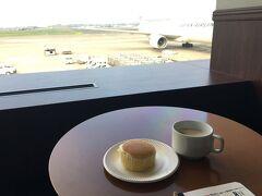 今回はJALで宇部空港へ  カードラウンジには朝食サービスの蒸チーズケーキ! 子供連れての初めての飛行機! お昼寝してくれるかな~