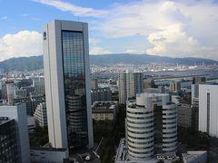 """ポートライナー""""市民広場駅""""からほぼ直結するホテル """"神戸ポートピアホテル""""へ無事にチェックイン。 ホテルの窓からは神戸市内が見渡せます。"""